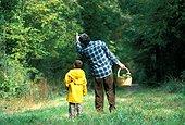 Cueillette de champignons en famille