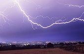 Eclair internuageux au-dessus de la ville de Condom Gers ; Au cours d'un violent orage qui se produisit dans la nuit du 15 au 16 juillet 2003