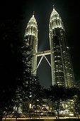 Tours jumelles Petronas illuminées Kuala Lumpur Malaisie ; Architect : Cesar Pelli & Associates Architects. 452 m. 88 étages. Etait le gratte ciel le plus haut du monde jusqu'en Aout 2003, avec la construction du Tapei 101 à Tapei