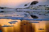Kayak de mer sous le soleil de minuit Groenland