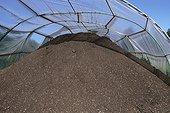 Compost prêt à la mise en sac pour commercialisation ; Fabrication de compost par Lombric à partir de déchets verts broyés