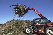 Tractopelle amenant déchêts verts pour Lombriculture ; Fabrication de compost par Lombric à partir de déchets verts broyés