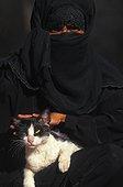 Femme voilée caressant un chat Ile de Lamu Kenya