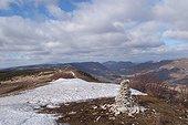 Cairn de pierres sèches sur le Contadour et neige Provence ; Prise de vue sur la commune Revest du Bion. Patrimoine rural.