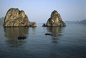 Fishermen in the medium of the rocks of Bay of Along Viêt Nam