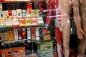 Médicaments chinois divers Chinatown New York USA ; Vitrine d'une pharmacie dans Chinatown à New York. Les médicaments sont sur un présentoir à côté d'un mannequin écorché.