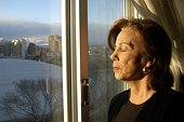 Femme prenant un bain de soleil derrière une fenêtre Espagne