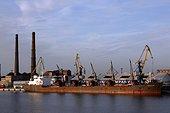 Cargo rouillé port de Claipeda Lituanie ; Estuaire sur la Mer Baltique