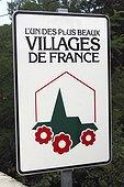 """Panneau d'information touristique France ; Entrée du village de Peyre. """"Les plus beaux villages de France"""" est un réseau associatif regroupant des communes présentant une qualité architecturale particulière et un engagement de qualité d'accueil."""