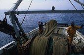 Pêcheurs remontant le filet sur un chalutier France