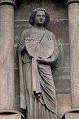 Statue d'un adolescent portant un cadran solaire Strasbourg ; Sculpté entre 1225 et 1235