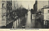 Transport in the boat during the flood of Paris of 1910 ; Support : old postcard.