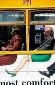Lisbonne, le tramway jaune, homme donnant l'impression de porter une jupe, humour