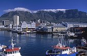 Afrique du Sud ; Afrique du Sud. Région du Cap. Le port de la ville du Cap et le front de mer sur fond de la montagne de la Table.