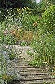 Escalier fleuri au Jardin de Valérianes Seine-Maritime