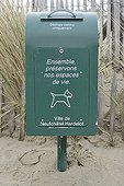Poubelle pour déchets canins sur une plage France ; Neuchatel Hardelot.