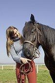 Adolescente caressant la tête de son Cheval Merens France