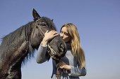 Adolescente enlaçant la tête de son Cheval Merens France