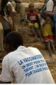 Adolescent Dogon et tee shirt sur la vaccination des enfants