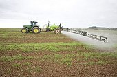 Pulverization of herbicide on a field France   ; In order to destroy push back them cereals or the bad grasses of the foxtail type or dicotylédone or grass.
