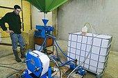 Production fermière d'huile végétale de colza France ; Huile destinée à l'alimentation ou la production de carburant pour les tracteurs