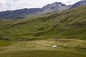 Alpage de Terres Pleines dans la vallée de l'Ubaye France ; Le berger est logé dans une yourte à côté de laquelle il établit les parcs à mouton. Les yourtes sont de plus en plus utilisées dans les alpages dépourvus de cabane rénovée.