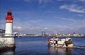 Chalutier entrant dans le port du Guilvinec Finistère France