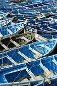 Barques bleues alignées dans le port d'Essaouira Maroc