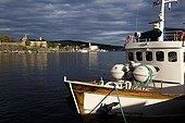 Bateau de pêche amarré dans le vieux port d'Oslo Norvège