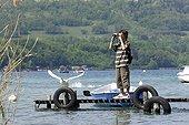 Adolescent observant les oiseaux au Lac d'Annecy France
