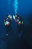 Learning scuba diving France ; Importance of communication in the submarine environment