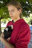 Adolescent portant un Cochon d'Inde