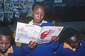 Adolescent lisant en classe
