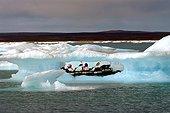 Progression in kayak among icebergs Arctic ; Progression en kayak parmi des icebergs Arctique