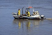 Collecting samples of oil per sieve over the Loire river ; Day : 25th march 2008<br>Oil spill of 16th march 2008