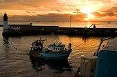 Chalutiers au port et soleil couchant Port de Guilvinec