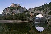 Arche naturelle des Gorges de l'Ardèche au crépuscule ; Arche de Pont d'Arc.