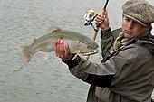 Pêche d'une Truite arc-en-ciel au leurre en réservoir