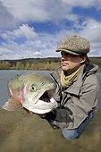 Pêche au leurre d'une grosse Truite femelle