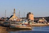Bateaux de pêche et tour de défense dans le port de Camaret