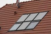 Chauffe eau solaire sur le toit d'une maison individuelle