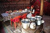 Femme kirghize à l'intérieur d'une yourte Kirghizstan ; Localisation: Mantich, dans la vallée de la Suek, dans la région de Kochkor