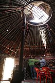 Garçons kirghizes à l'intérieur d'une yourte Kirghizstan ; Localisation: Mantich, dans la vallée de la Suek, dans la région de Kochkor