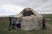 Famille de Nomades remontant une yourte au Kirghizistan