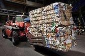 Handling of bales of recycled cardboard ; Haganis society<br>