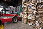 Handling of bales of recycled cardboardand plastic ; Haganis society<br>