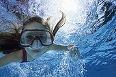 Fillette en apnée dans une piscine en été Côte d'Azur France
