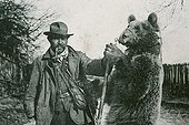 Pyrenean Bear leader showing a bear in 1910 France ; Support : old postcard.
