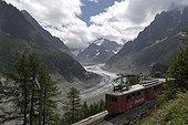 Glacier de la Mer de Glace et gare ferroviaire de Montenvers ; L'épaisseur du glacier s'est réduite de 150m en 40 ans. Altitude : 1900m.