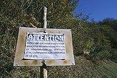Panneau prévenant d'une pollution sur zone à myrtilles ; Panneau mettant en garde sur la récolte de myrtilles, potentiellement intoxiquées au lindane (puissant insecticide). Ce toxique a été découvert sur des carcasses de moutons destinées à nourrir les Ours réintroduits dans les Pyrénées dans le but de les tuer.